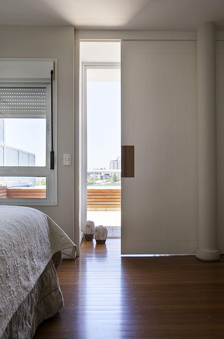 Lucia Helena Bellini arquitetura e interiores Modern Bedroom