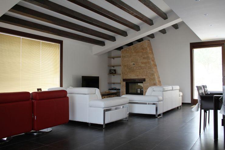 Camino e travi sul tetto Giuseppe Rappa & Angelo M. Castiglione Soggiorno moderno Ceramica Bianco