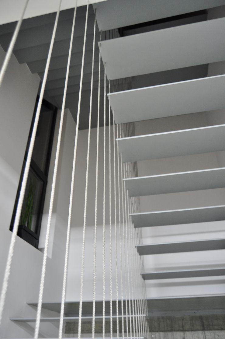Escala Absoluta Minimalistischer Flur, Diele & Treppenhaus