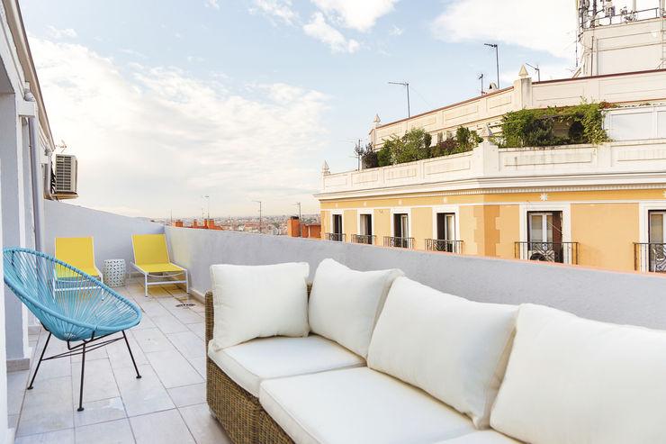 Atico en La Latina StudioBMK Balcones y terrazas de estilo moderno