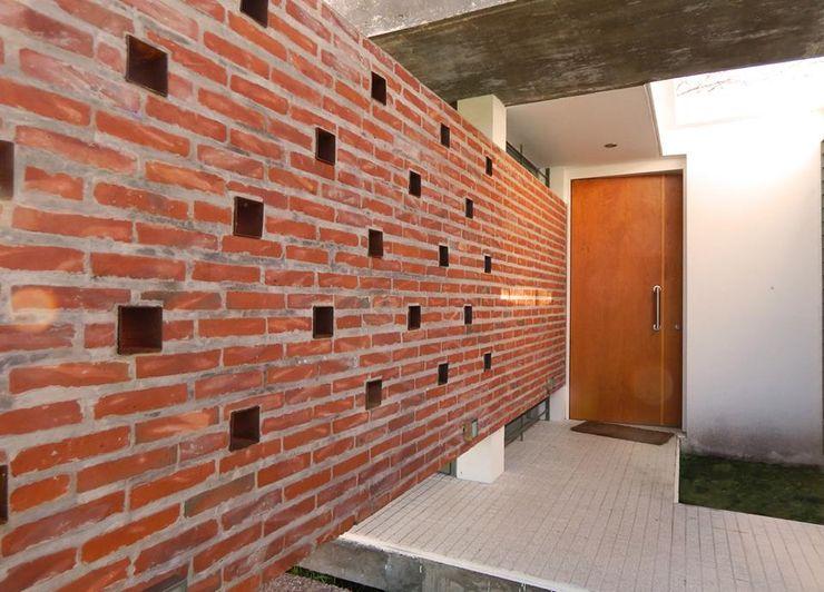 Casa Habiaga-Morel punto2 Paredes y pisos modernos