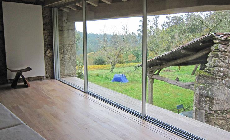 Rehabilitación de vivienda rural tradicional en Negreira - Brión Ezcurra e Ouzande arquitectura Dormitorios de estilo rural