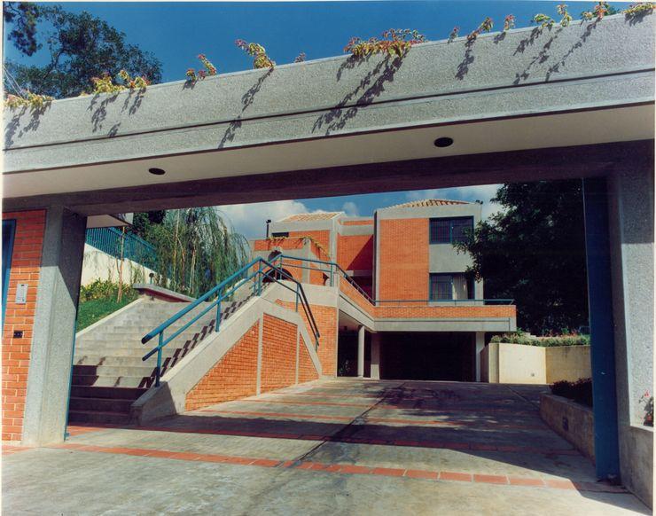 Vista del acceso peatonal y vehicular. OMAR SEIJAS, ARQUITECTO Casas de estilo tropical