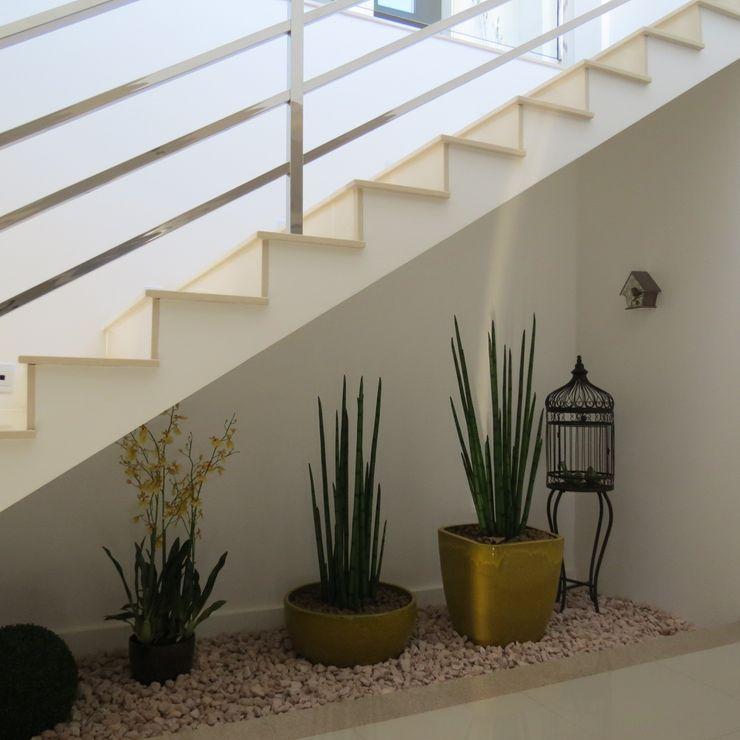 Lu Andreolla Arquitetura Modern corridor, hallway & stairs