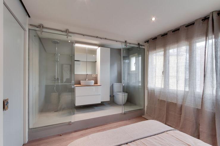 Lara Pujol | Interiorismo & Proyectos de diseño Mediterranean style bathrooms