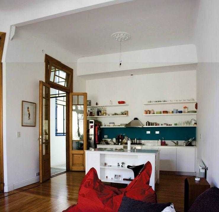 cocina con isla integrada al living homify Cocinas de estilo ecléctico Blanco