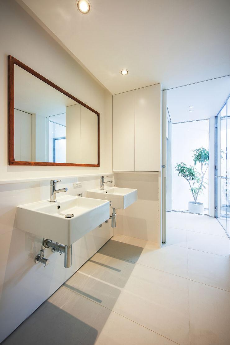 プラスアトリエ一級建築士事務所 Salle de bain moderne