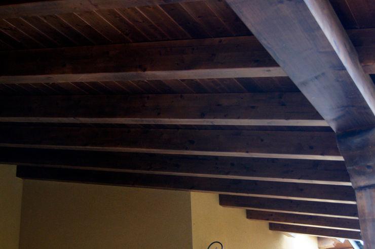 Panel de madera en vivienda de León. panelestudio Casas de estilo clásico Madera