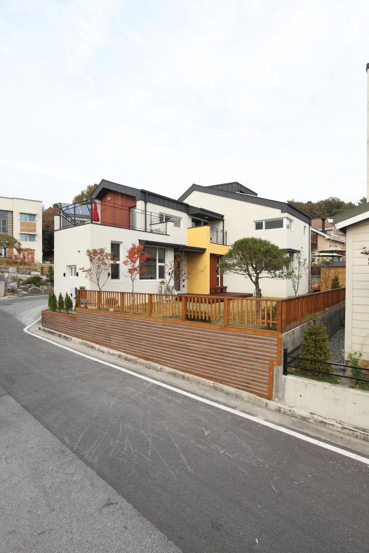 남쪽 마당방향에서의 외관 주택설계전문 디자인그룹 홈스타일토토 모던스타일 주택