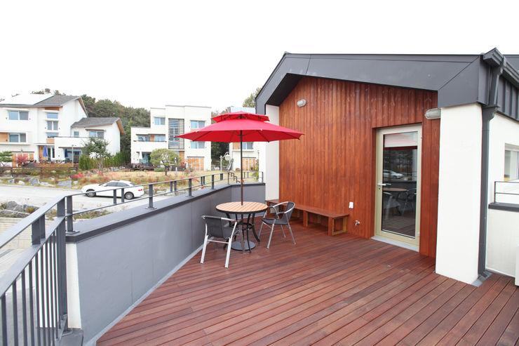 2층 테라스 주택설계전문 디자인그룹 홈스타일토토 모던스타일 발코니, 베란다 & 테라스