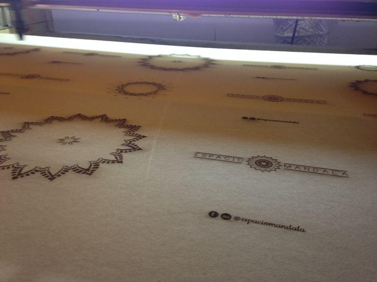 Proceso de grabado de mandalas y logo 2MD Láser ArtePiezas de Arte