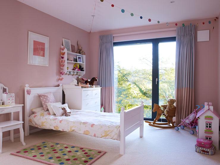 Kid's room Baufritz (UK) Ltd. Stanza dei bambini moderna