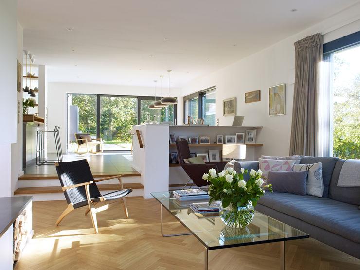 Living room Baufritz (UK) Ltd. Гостиная в стиле модерн