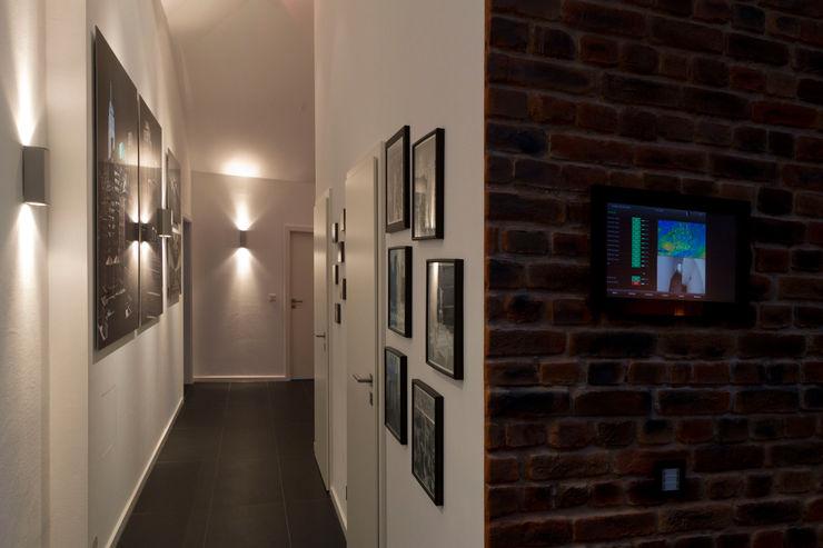 casaio   smart buildings Ingresso, Corridoio & Scale in stile moderno