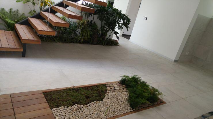 Hogar y Cerámica S.A. de C.V. Modern corridor, hallway & stairs Ceramic White