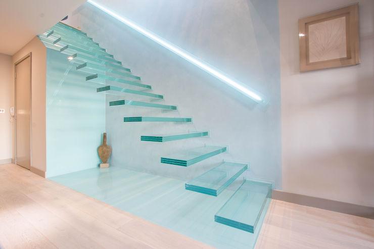 A single-flight cantilever staircase crafted in toughened, laminated glass Railing London Ltd Pasillos, vestíbulos y escaleras modernos