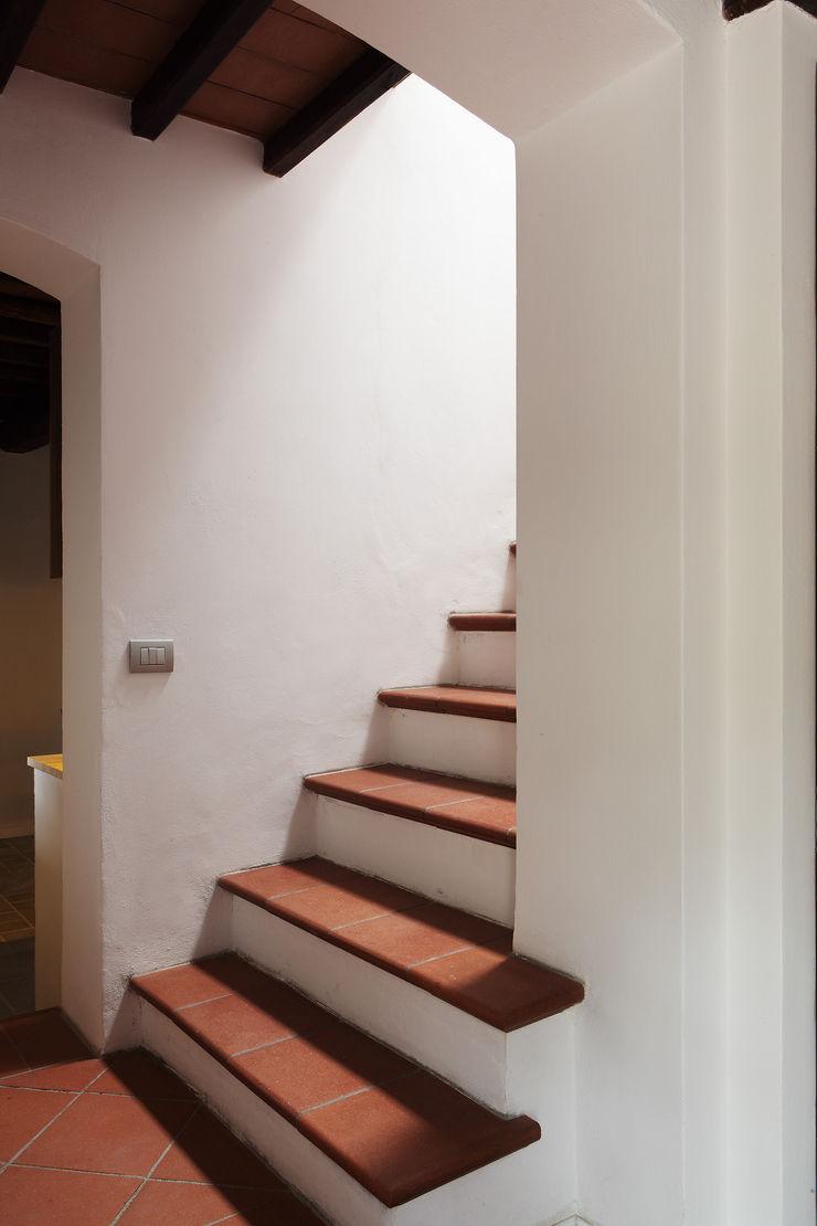 CASA A CAMPIROLI Officine Liquide Ingresso, Corridoio & Scale in stile moderno