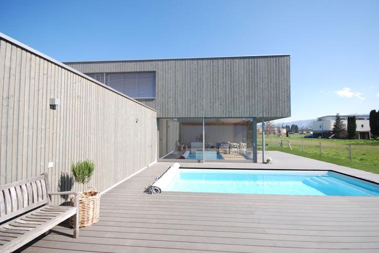 Südansicht mit Pool schroetter-lenzi Architekten Moderne Pools