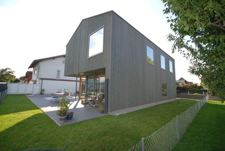 Nordostansicht schroetter-lenzi Architekten Moderne Häuser Holz Grau