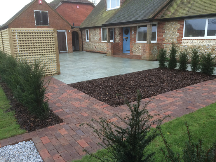 Traditional front garden and driveway homify حديقة
