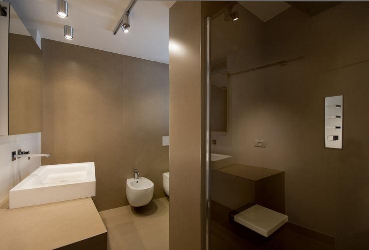 Cumo Mori Roversi Architetti Baños de estilo minimalista