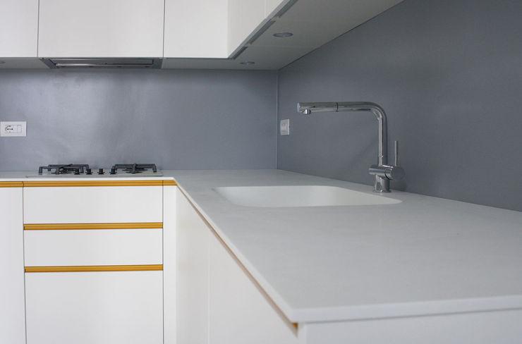 Lavello in corian Studio915 Cucina in stile mediterraneo