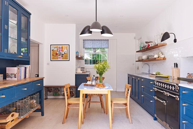 Light Filled Traditional Kitchen Holloways of Ludlow Bespoke Kitchens & Cabinetry Nhà bếp phong cách kinh điển Gỗ Blue