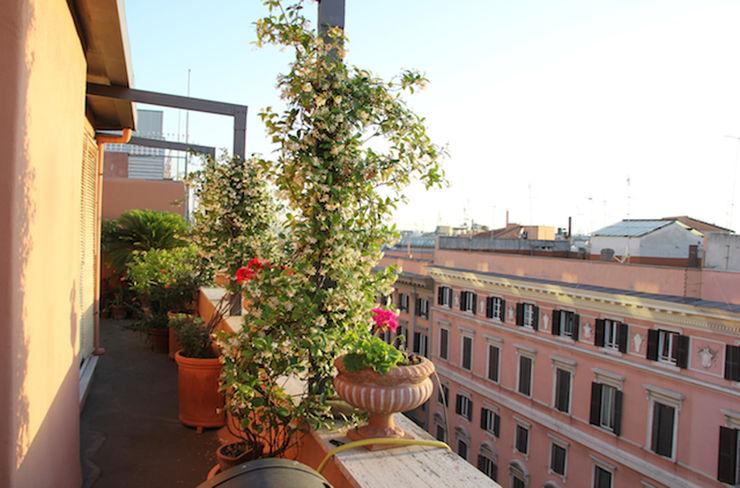 ROMA - Piazza Fiume Studio2Archi Balcone, Veranda & Terrazza in stile moderno