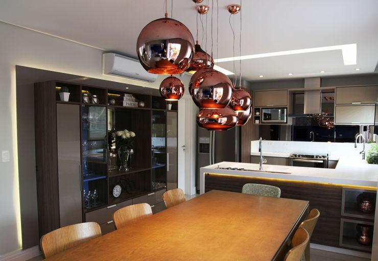 Suelen Kuss Arquitetura e Interiores Salle à manger moderne Cuivre / Bronze / Laiton Ambre/Or