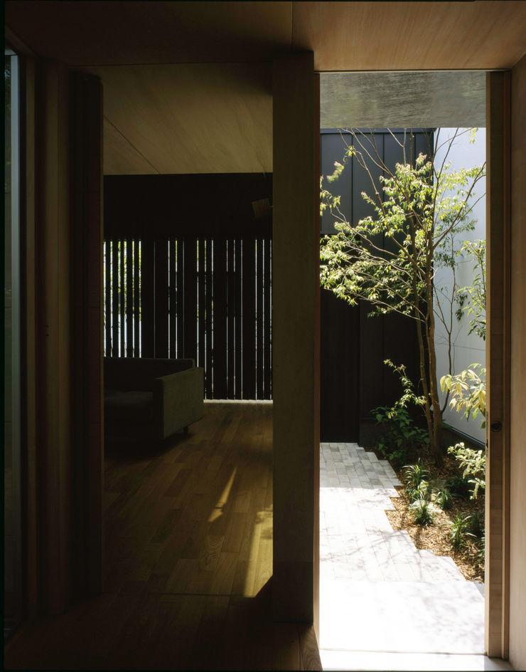株式会社長野聖二建築設計處 Modern corridor, hallway & stairs