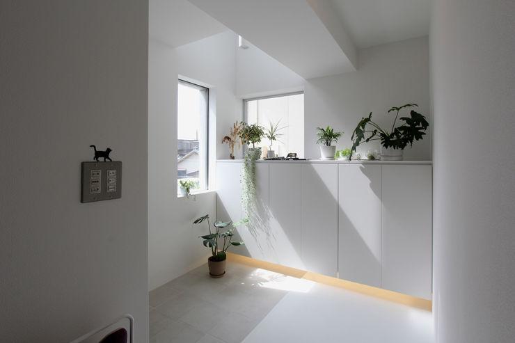 環境建築計画 Коридор, прихожая и лестница в модерн стиле Плитка Белый