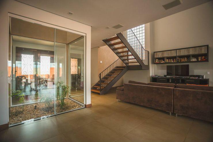 Biloba Arquitetura e Paisagismo Country style corridor, hallway& stairs