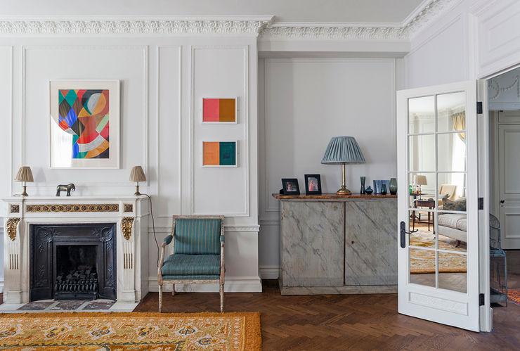 The living room at the Mansfield Street Apartment Nash Baker Architects Ltd Salas de estar clássicas Madeira Branco
