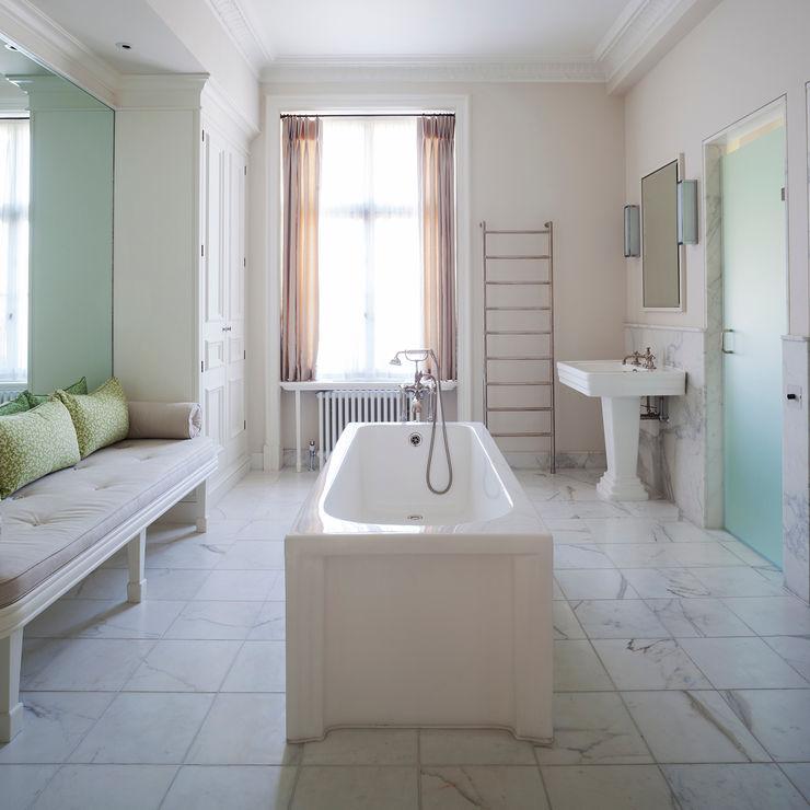 The bathroom at the Mansfield Street Apartment. Nash Baker Architects Ltd Casas de banho clássicas Mármore Branco