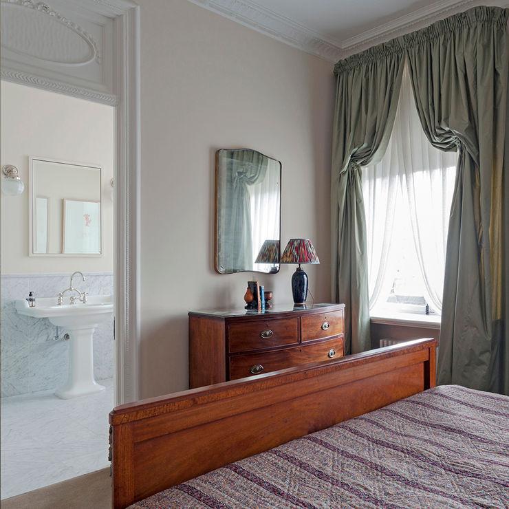 A bedroom at the Mansfield Street Apartment. Nash Baker Architects Ltd Quartos clássicos