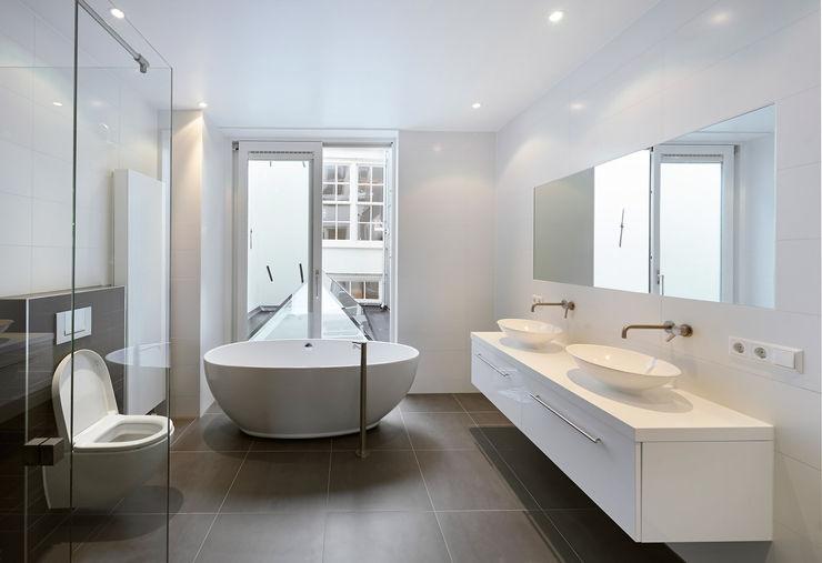 vanuit het bad uitzicht op de binnenhof .... Architectenbureau Vroom Mediterrane badkamers