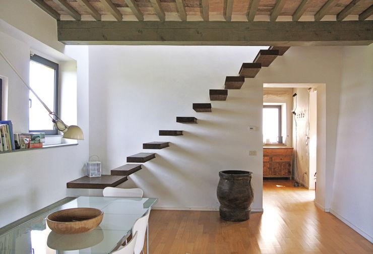 Studio Sarpi Modern corridor, hallway & stairs