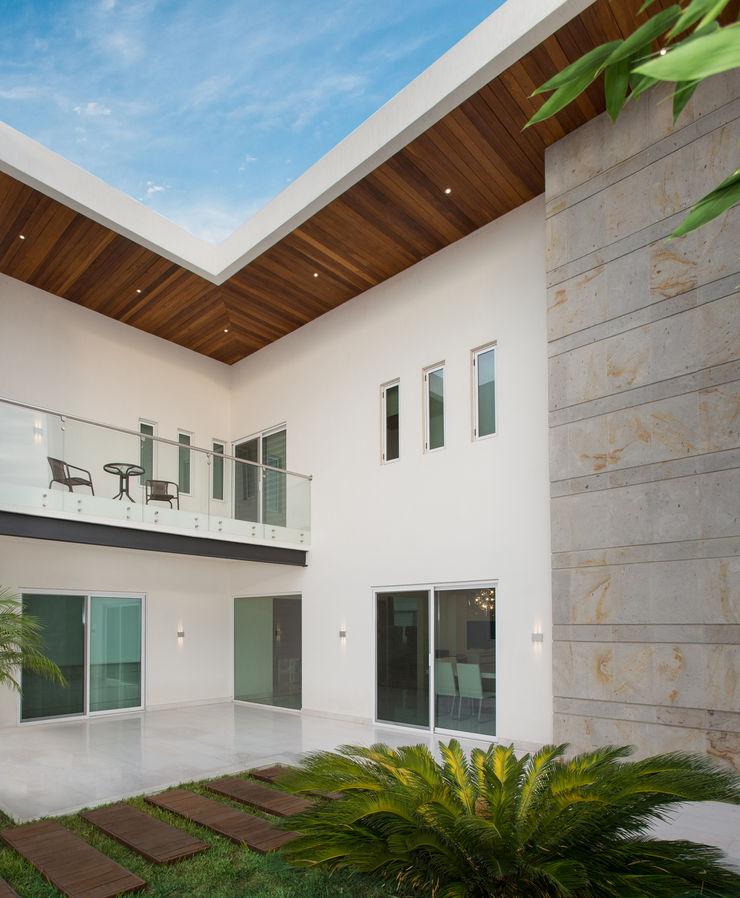 Casa CG Grupo Arsciniest Balcones y terrazas de estilo moderno Madera Blanco