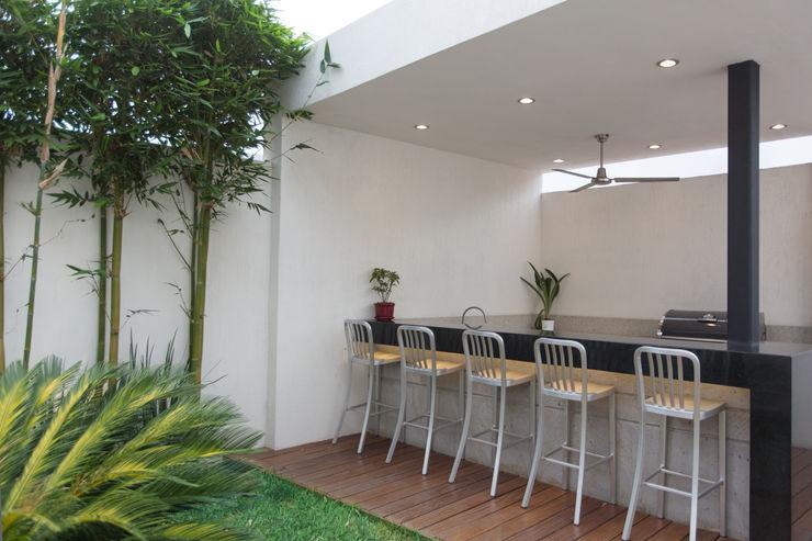 Casa CG Grupo Arsciniest Jardines de estilo moderno Granito Blanco