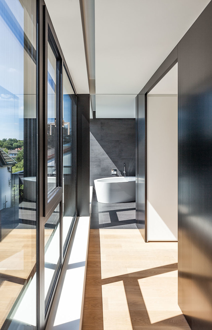 Haus H ZHAC / Zweering Helmus Architektur+Consulting Moderne Ankleidezimmer Holzwerkstoff Schwarz