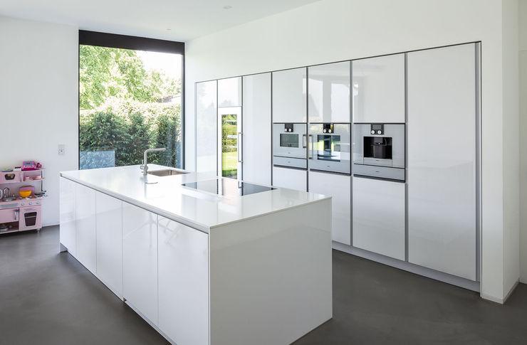 Haus H ZHAC / Zweering Helmus Architektur+Consulting Moderne Küchen Holzwerkstoff Weiß