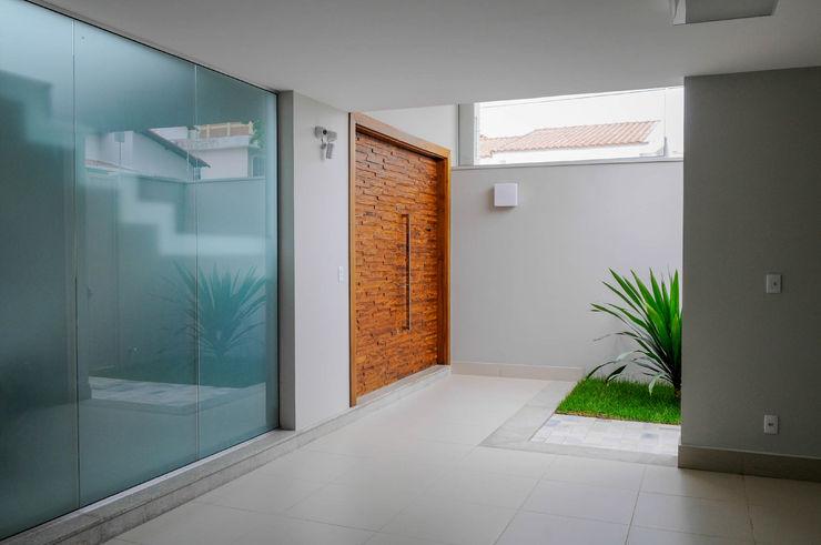 A/ZERO Arquitetura Modern corridor, hallway & stairs