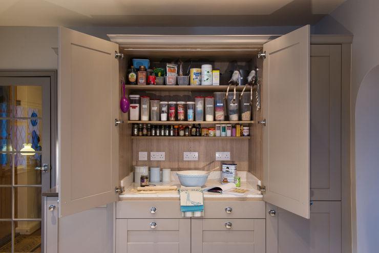 Mr & Mrs R, Kitchen, Sutton Green, Surrey Raycross Interiors Cucina moderna