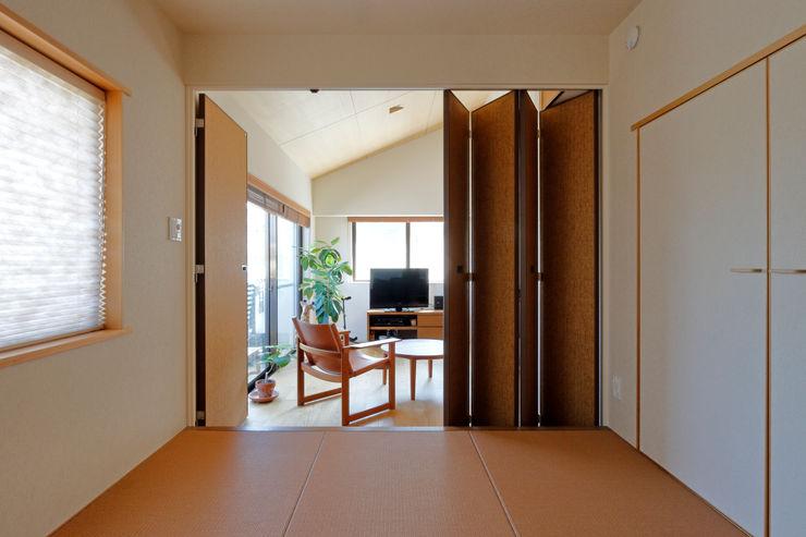 和室-リビング シーズ・アーキスタディオ建築設計室 モダンデザインの リビング