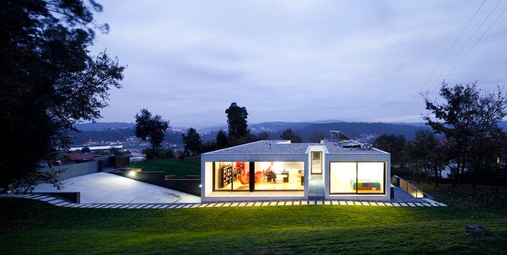 House in Barcelos, Portugal Rui Grazina Architecture + Design حديقة