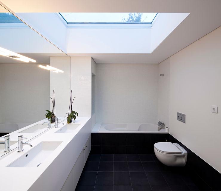 House in Barcelos, Portugal Rui Grazina Architecture + Design Casas de banho minimalistas