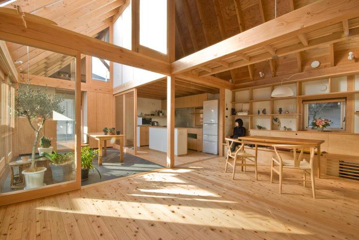 柏の平屋 ねじれ屋根のせ 千田建築設計 オリジナルデザインの リビング 木