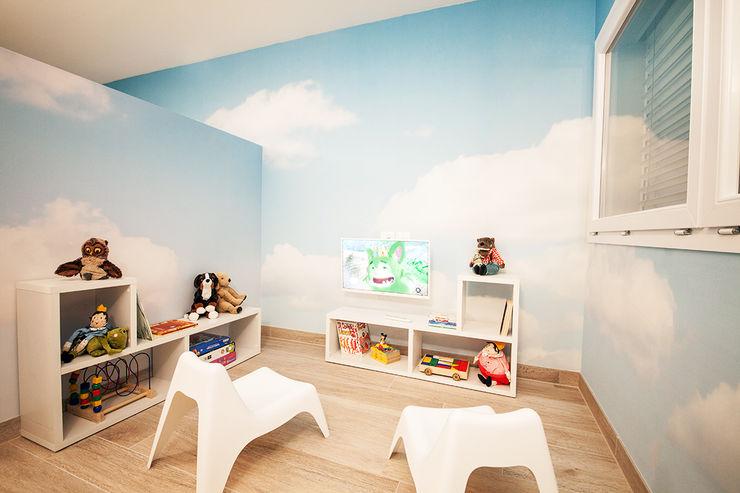 Uno spazio riservato e dedicato ai piccoli pazienti STUDIO PAOLA FAVRETTO SAGL Cliniche in stile mediterraneo Plastica Bianco