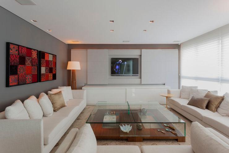 Móvel Home Theater Escritório de Design Edwiges Cavalieri Salas de estar modernas Metalizado/Prateado