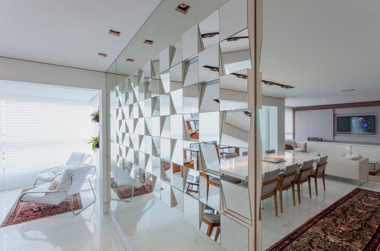 Escritório de Design Edwiges Cavalieri Modern dining room Metallic/Silver